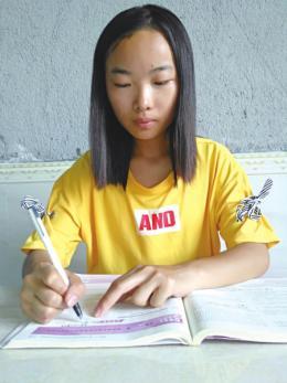 暑假帮母亲种玉米给弟弟补习功课,湘西农家女孩考上湖师大