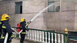 民房起火私家車堵上了消防通道,村民無奈砸玻璃給消防車讓道