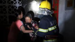 湘西古丈一民房失火,消防救出5人
