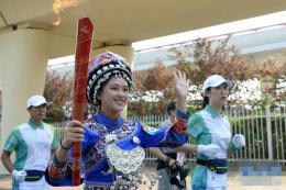 湖南学生参加全国民族运动会开幕式 土家族学生代表完成第33棒火炬传递