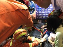 2岁男童右脚被卡电梯,消防拆梯救援