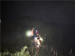 驴友登山摔断腿被困海拔1000多米处,消防员徒步19小时救援