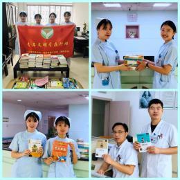 医护人员爱心捐赠书籍给农村孩子