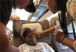 乘客乘高铁突发不适 列车工作人员手动打开高铁门将她紧急送医