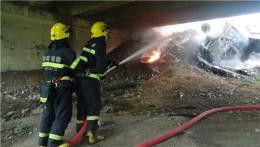 快遞車起火沖出高速跌落橋底,消防員一邊滅火一邊搶救包裹