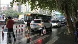 看個病要堵一節課,長沙這條路堵了這麼久,如今多部門協調進行交通優化