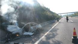 高速一轿车撞上护栏起火被烧成空壳,车上人及时逃生