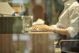 網友反映一公務員在工作日出游達30天成旅游網紅?與公務員是否有身份矛盾