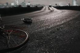 兩老人駕駛摩托車載兩個小孩回家路上被小車撞倒,造成3死1傷