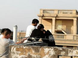 """長沙16歲輕生男懸空坐在頂樓護欄外,消防員""""壁咚""""將男子救下"""