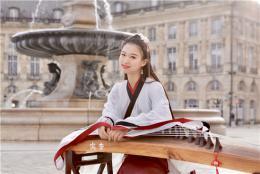 法國街頭彈奏古箏的湖南女孩火了:外國朋友通過古箏認識并且喜歡上中國