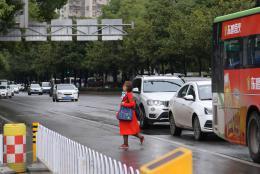 """綠燈完了仍在通行,還有人在車道中穿行 長沙交警整治違法亂象 罰款""""賴""""不掉"""
