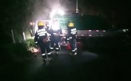 """郴州一货车失控撞树 车身打横""""霸占""""整个行车道,还起火了"""