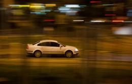任性??坑背档?湖南岳阳一司机为逃避检查 驾车撞警车袭警